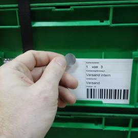 Die Klebepunkte G 19 werden einfach von Hand auf das Label und den Ladungsträger aufgeklebt