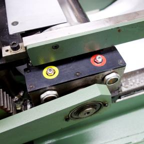 Zwei Schmiermitteletiketten kleben an der Maschine zur TPM Kennzeichnung der Instandhaltung
