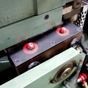 Rote Kennzeichnung der Schmiernippel für die TPM Instandhaltung