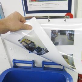 Ringmappe A3 Mag hängt mit einer Dokumentation an einem Whiteboard