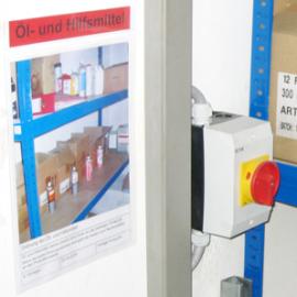 Infopunkttasche A4 ist selbstklebend angebracht und dient als 5S-Fotopunkt an einem Regal