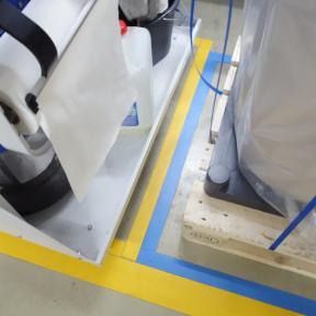 B-Tape Grip 50 wird zur Visualisierung auf den Boden geklebt