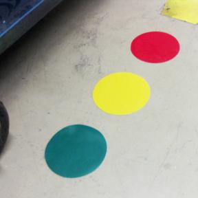B-Punkt Grip 95 sind farbige Klebepunkte auf dem Boden