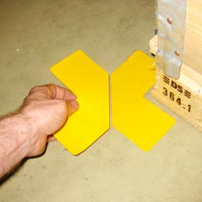 Die B-Ecken Stiff 100 werden von Hand auf den Hallenboden geklebt