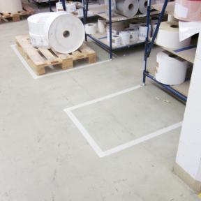 B-Tape Abklebeband kann einfach auf dem Hallenboden angebracht werden