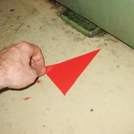 Die B-Pfeile Grip 14 werden von Hand auf den Hallenboden aufgeklebt
