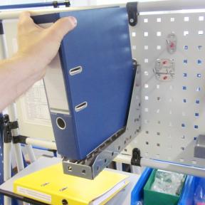Ein Ordner wird aus dem Ordnerhalter LWS an der Werkzeugtafel entnommen