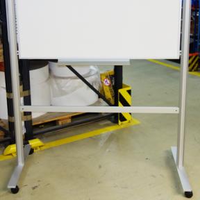 Zarge 124 Pro ist an das mobile Whiteboard 120 Pro befestigt