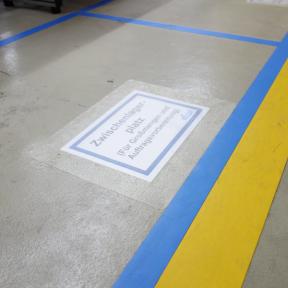B-Sign T A4 wird als Bodenmarkierung mit dem Ausdruck auf den Stellplatz aufgeklebt