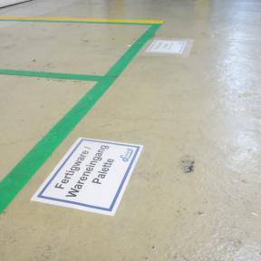 B-Sign T A5 wird mit Ausdruck im A5-Format einfach auf den Fußboden geklebt