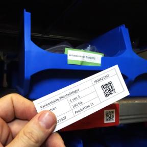 Kanbanhalter Mag 110x40 F wird magnetisch am Kleinteilelager angebracht