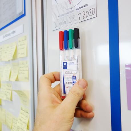 Das Whiteboardmarker Mag S kann magnetisch am Whiteboard befestigt werden