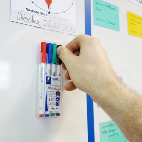 Die Whiteboardmarker Mag S können aus der Halterung einfach entnommen werden