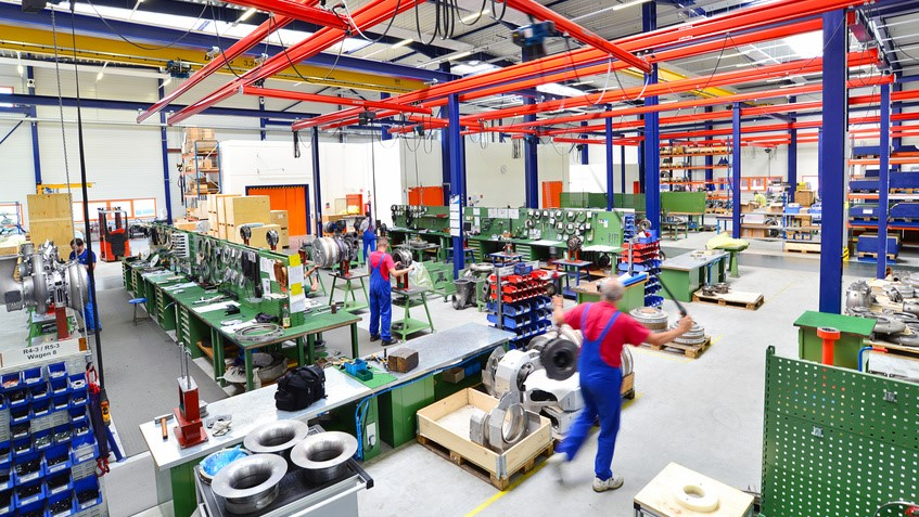 Arbeiter sind aktiv in der Produktion tätig